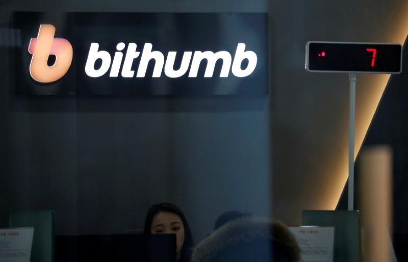 Цена на биткоин снижается на фоне взлома биржи Bithumb