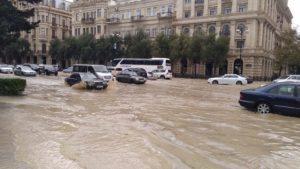 Ливень наводнил Баку