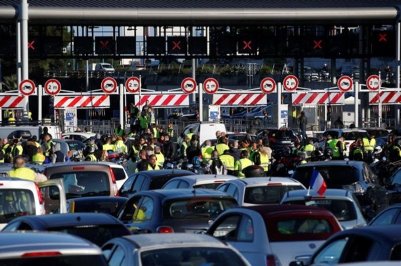 протесты во Франции против повышения цен на бензин
